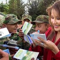 """L'attrice colombiana Maria Lara abbraccia la campagna """"La Via della Felicità"""""""