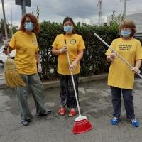 I Ministri Volontari della Chiesa di Scientology ripuliscono un piazzale del loro quartiere