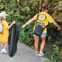 Pulizia dai rifiuti abbandonati al parco Torri Gemelle