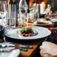 Mangiare a mensa o mangiare al ristorante