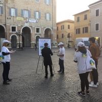 Volontari a Senigallia uniscono la comunità con i precetti de La via della felicità