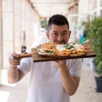 Il pizzaiolo Errico Porzio ritira il premio Follia Creativa in rappresentanza degli imprenditori del settore dell'ospitalità e dei ristoratori