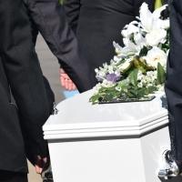 Come organizzare un funerale: le decisioni da prendere
