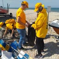 Con un paio di guanti e delle buste: i volontari rimuovono la plastica e sporcizia sull'arenile del  lungomare Nord di Marotta