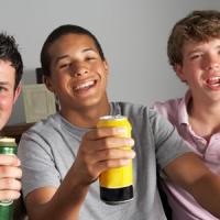 Bere durante l'adolescenza favorisce l'alcolismo da adulti