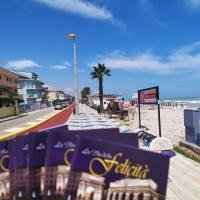 La via della felicità raggiunge la suggestiva Porto Sant'Elpidio   Raggiunti villeggianti e turisti con copie dell'opuscolo La via della felicità.