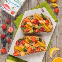 Un piatto unico squisito, genuino e fresco, tipico della cucina australiana e americana ma amatissimo anche in Italia, l'avocado toast di Sonia Peronaci