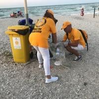 Combattere il degrado e l'inquinamento ambientale raccogliendo plastica e cartacce: volontari all'opera per una pulizia della spiaggia a Marotta
