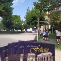 Continua la distribuzione del libricino 'La Via della Felicità, questa volta raggiungendo il centro storico di Montecosaro.