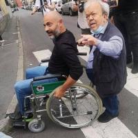 Gianluigi Paragone si siede in carrozzina per sperimentare le difficoltà dei disabili a Milano