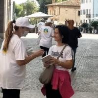 Proteggi e migliora il tuo ambiente: un precetto tratto della via della felicità, distribuita in occasione della giornata mondiale dell'Habitat a Senigallia